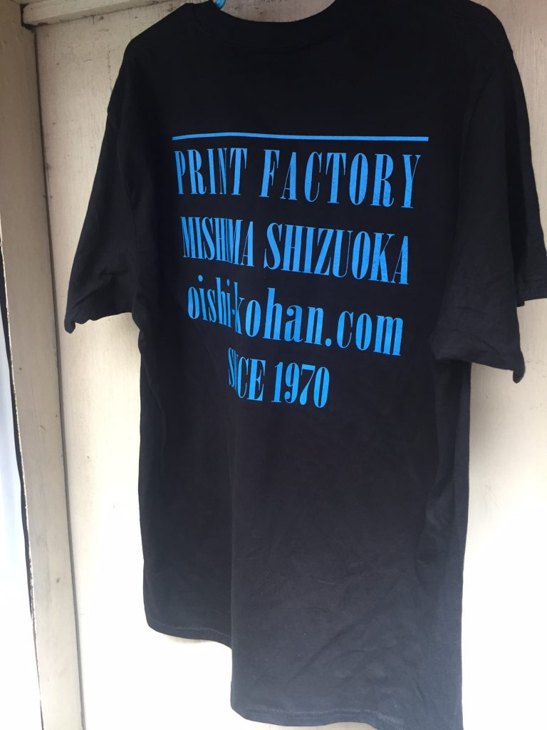 黒いTシャツに青で印刷